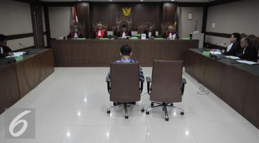 Panitera Pengadilan Negeri Jakarta Pusat (PN Jakpus) Edy Nasution saat menjalani sidang di Pengadilan Tipikor, Jakarta (8/12). Edy Nasution di vonis 5 tahun 6  bulan penjara denda 150 juta atas skandal suap yang dilakukannya. (Liputan6.com/Helmi Affandi)