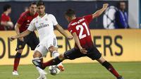 Gelandang Manchester United, Ander Herrera, berusaha menghadang gelandang Real Madrid, Marco Asencio, pada laga ICC 2018 di Miami Gardens, Rabu (1/8/2018). Manchester United menang 2-1 atas Real Madrid. (AP/Brynn Anderson)