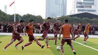 Pemain Persija Jakarta saat latihan di Lapangan Aldiron, Jakarta, Senin (7/1). Sebanyak 29 pemain sudah bergabung dalam latihan perdana tersebut. (Bola.com/M Iqbal Ichsan)