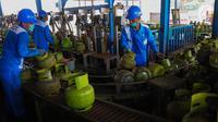 Pekerja melakukan sejumlah tahap pengisian LPG pada tabung 3 Kg di SPBE (Stasiun Pengisian Bahan Bakar Elpiji), Srengseng, Jakarta, Jumat (3/5/2019). PT Pertamina (Persero) menjamin ketersediaan LPG di bulan Ramadan dan tidak ada kenaikan harga. (Liputan6.com/Angga Yuniar)