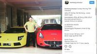 Bambang Soesatyo berdiri di antara mobil mewahnya (instagram bambang soesatyo)