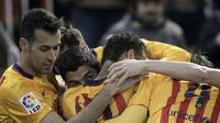 Para pemain Barcelona berpelukan setelah Luis Suarez mencetak gol ke gawang Valencia di Stadion Mestalla, Minggu (6/12/2015) dini hari WIB. (Reuters/Heino Kalis)