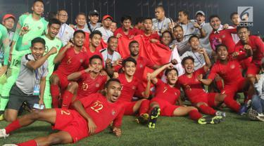 Pemain Timnas Indonesia merayakan gelar juara Piala AFF U-22 2019 setelah mengalahkan Thailand pada laga final di Stadion National Olympic, Phnom Penh, Selasa (26/2). Indonesia menjadi juara setelah mengalahkan Thailand 2-1. (Bola.com/Zulfirdaus Harahap)