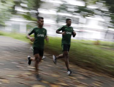 Pemain Timnas Indonesia U-23, Osvaldo Haay dan Marinus Wanewar, berlari saat latihan fisik. (Bola.com/Yoppy Renato)