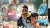Muhammad Rizky, bocah korban gempa Palu yang mendapat kesempatan untuk terbang ke Inggris dan bertemu pesepak bola idolanya, gelandan Manchester City, Riyad Mahrez. (Kedutaan Besar Inggris)