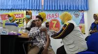 Suasana saat mahasiswa baru UTM disuntik vaksin difteri oleh petugas dinas kesehatan kabupaten Bangkalan. (Liputan6.com/Musthofa Aldo)