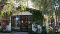 Tampak depan rumah Adam Levine dan Behati Prinsloo yang bergaya peternakan yang cukup luas (dok.YouTube/Architectural Digest)