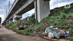 Sejumlah gerobak terparkir di dekat lapak tunawisma di kolong rel dwi ganda atau double-double track (DDT), kawasan Manggarai, Jakarta, Kamis (7/1/2021). Para tunawisma ini baru 3 bulan menetap di bangunan berdinding triplek beralaskan bekas spanduk serta barang bekas. (merdeka.com/Iqbal S. Nugroho)