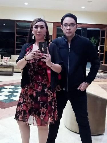 5 Momen Sandy Tumiwa dan Henny Mona Usai Menikah, Makin Romantis