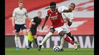 Bukayo Saka merupakan lulusan asli akademi Arsenal yang diorbitkan di skuad utama pada tahun 2019 lalu ketika umurnya masih 17 tahun. Saka akhirnya berhasil meyakinkan Mikel Arteta bahwa ia bisa tampil impresif di musim 2020/2021. (Foto: AFP/Pool/Shaun Botterill)