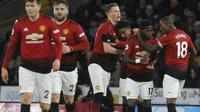 Para pemain Manchester United merayakan gol yang dicetak oleh Scott McTominay ke gawang Wolverhampton Wanderers pada laga Premier League 2019 di Stadion Molineux, Selasa (2/4). Wolverhampton menang 2-1 atas Manchester United. (AP/Rui Vieira)