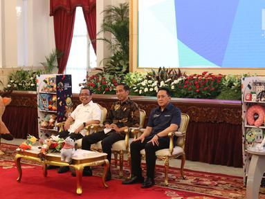 Presiden Joko Widodo (tengah) bersama Mensesneg Pratikno (kiri) dan Kepala Bekraf Triawan Munaf saat menghadiri promosi Asian Games 2018 di Istana Negara, Jakarta, Selasa (5/6). (Liputan6.com/Angga Yunia)