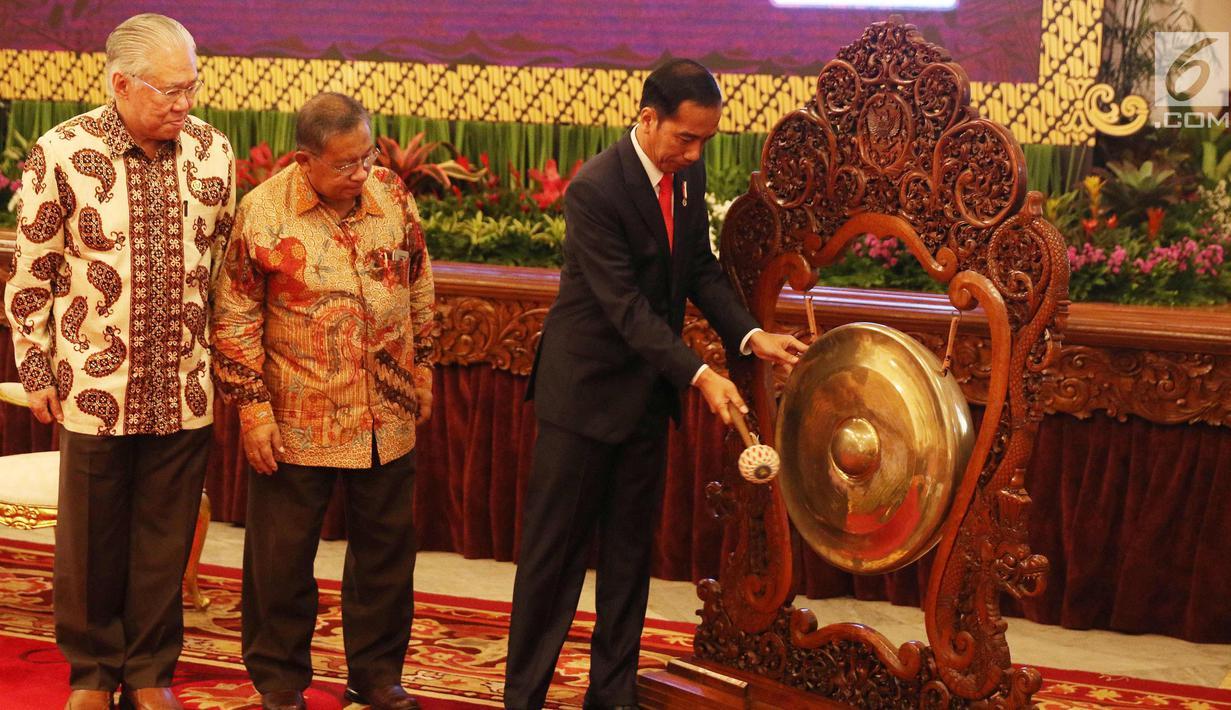 Presiden Joko Widodo didampingi Menteri Perekoniman, Darmin Nastion dan Mendag Enggartiasto Lukita memukul gong membuka secara resmi rapat kerja Kementerian Perdagangan (Kemendag) 2018 di Istana Negara, Jakarta, Rabu (31/1). (Liputan6.com/Angga Yuniar)