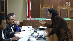 Mantan Sekjen Kemendagri, Diah Anggraeni (kanan) berbincang dengan JPU KPK saat jeda menjadi saksi pada sidang lanjutan dugaan dugaan korupsi e-KTP dengan terdakwa Markus Nari di Pengadilan Tipikor, Jakarta, Rabu (11/9/2019). (Liputan6.com/Helmi Fithriansyah)