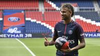 1. Neymar (PSG) - Pemain termahal dunia ini penampilan perdananya sangat di tunggu di Ligue 1. Mantan penyerang Barcelona ini mendapat predikat sebagai pesepak bola terbaik dunia setelah Lionel Messi dan Cristiano Ronaldo. (AFP/Philippe Lopez)