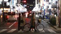 Orang-orang yang mengenakan masker melintas di sebuah jalan di Nagoya, Jepang, pada 10 Desember 2020. Jepang mengonfirmasi 2.810 kasus harian COVID-19 pada Rabu (9/12) ketika negara itu berjuang untuk meredam lonjakan infeksi terbaru. (Xinhua/Du Xiaoyi)