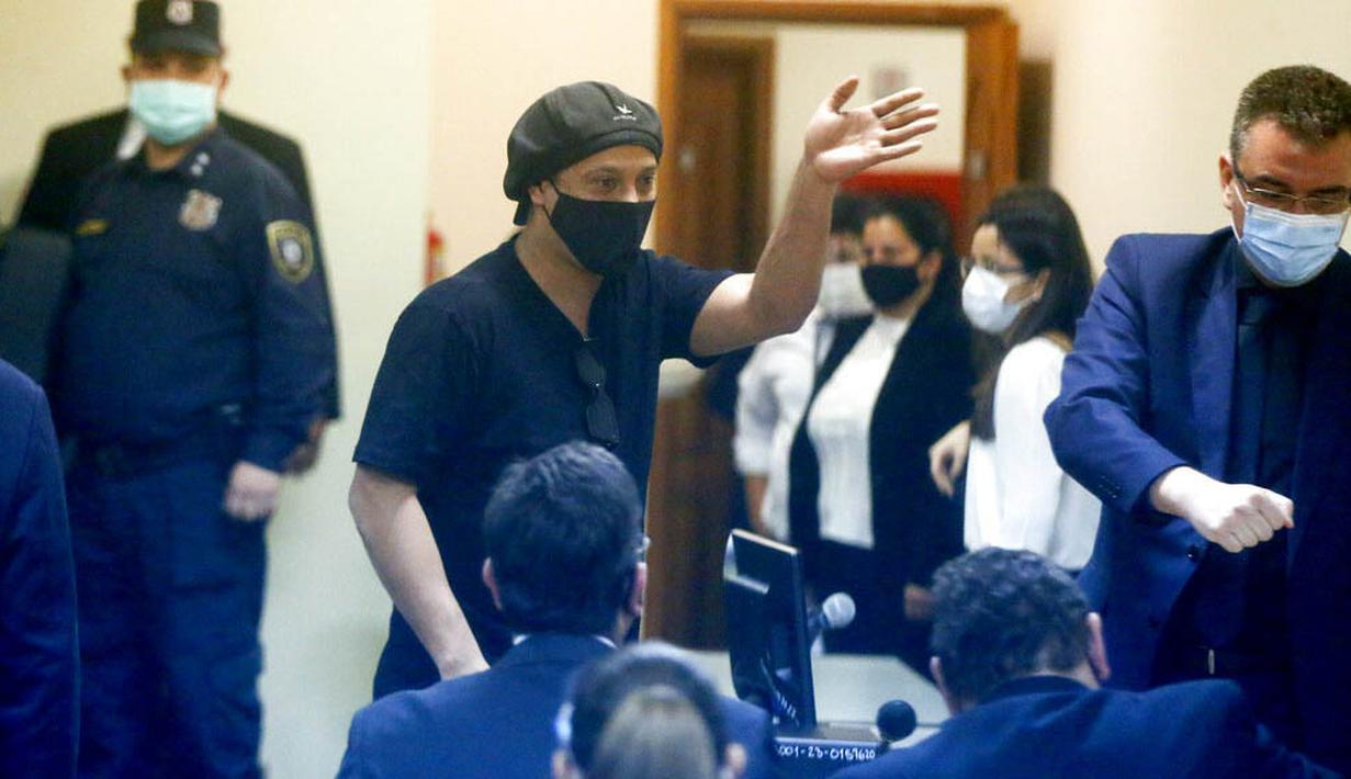 Mantan bintang Barcelona, Ronaldinho, akhirnya dibebaskan setelah hampir enam bulan mendekam sebagai tahanan rumah di Paraguay. (AP Photo/Jorge Saenz)