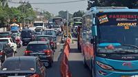 Jalur Pantura macet imbas penerapan one way di Tol Jakarta-Cikampek saat arus balik Lebaran 2019. (Abramena)
