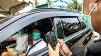 Petugas memeriksa kartu vaksin COVID-19 di Taman Impian Jaya Ancol, Jakarta, Sabtu (11/10/2021).  Uji coba pembukaan itu berdasarkan Kepgub Nomor 1072 Tahun 2021 tentang PPKM Level 3 yang ditandatangani oleh Gubernur DKI Jakarta Anies Baswedan pada 6 September 2021 lalu. (Liputan6.com/Faizal Fanani)