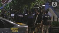 Polisi melakukan adegan rekonstruksi kasus penyiraman air keras terhadap penyidik KPK Novel Baswedan di Jalan Deposito, Kelapa Gading, Jakarta, Jumat (7/2/2020). Rekonstruksi yang berjalan tertutup itu menghadirkan dua tersangka yang diduga sebagai pelaku penyiraman. (Liputan6.com/Herman Zakharia)