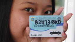 Petugas menunjukkan kartu parkiran IRTI kawasan Monas, Jakarta, Jumat (11/1). Tarif parkir langganan bulanan untuk PNS pun naik sekitar delapan kali lipat, tarif berlaku 15 Januari 2019.  (Liputan6.com/Herman Zakharia)