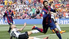 Gol pembuka Barcelona disarangkan Luis Suarez saat laga baru berjalan satu menit. Sepakan kaki kanan Suarez dari dalam kotak penalti gagal dibendung kiper Valencia. (REUTERS/Albert Gea)