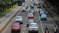 Kendaraan melintas di kawasan ganjil genap di jalan medan merdeka barat, Jakarta, Rabu (8/4/2020). Ditlantas Polda Metro Jaya mengumumkan perpanjangan masa peniadaan kebijakan pembatasan kendaraan bernomor polisi ganjil genap di wilayah Jakarta hingga 19 April 2020. (Liputan6.com/Faizal Fanani)