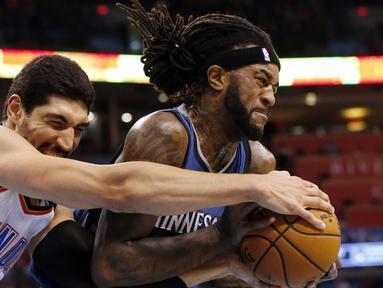 Aksi pemain Oklahoma City Thunder, Enes Kanter (kiri) berebut bola dengan pemain Minnesota Timberwolves, Jordan Hill pada  laga NBA basketball preseason game di Oklahoma City, Senin (17/10/2016) WIB. (AP/Sue Ogrocki)