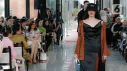 Model menampilkan rancangan busana saat Road to Indonesia Fashion Week 2020 di kawasan Hutan Kota GBK, Jakarta, Rabu (12/2/2020). Asosiasi Perancang dan Pengusaha Mode Indonesia (APPMI) akan menyelenggarakan Indonesia Fashion Week 2020 di Jakarta Convention Center (JCC). (Liputan6.com/Faizal Fanani)