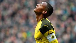 2. Manuel Akanji (Dortmund) - Klub asal Jerman ini memang tidak pernah absen mengorbitkan pemain muda berbakat setiap musimnya. Bek tengan 23 tahun ini penampilannya semakin berkembang bersama Lucien Favre pada musim lalu. (AFP/Patrik Stollarz)
