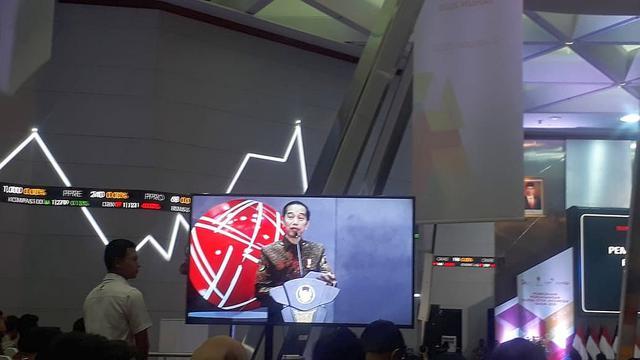 Presiden Joko Widodo (Jokowi) membuka perdagangan perdana saham tahun 2020 di Bursa efek Indonesia (BEI) pada Kamis ini.