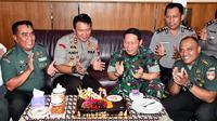 Kapolresta Solo AKBP Andy Rigai memberikan kejutan kepada Danrem 074/Warastratama Surakarta, Kolonel Inf Rafael Granada Baay saat peringtai HUT ke-74 TNI.(Liputan6.com/Fajar Abrori)