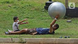 Aktivitas pagi hari pasien berstatus OTG (Orang Tanpa Gejala) bersama anaknya di RSDC Wisma Atlet, Jakarta, Selasa (26/1/2021). Hari ini, Selasa (26/1) kasus COVID-19 di Indonesia bertambah 13.094 sehingga total menyentuh angka satu juta, tepatnya 1.012.350. (Liputan6.com/Herman Zakharia)