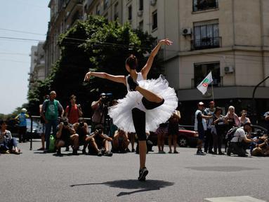 Penari balet menari saat memprotes pemotongan dana pemerintah di Buenos Aires, Argentina (1/2). 80 penari, koreografer, dan pekerja lainnya dari Balet Nasional kehilangan pekerjaan mereka akibat langkah-langkah pemerintah. (AP Photo/Natacha Pisarenko)