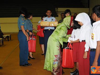 Citizen6, Cilangkap: Ketua Umum Dharma Pertiwi Ibu Tetty Agus Suhartono menyerahkan bantuan kepada 67 anak yatim terdiri dari Mabes TNI dan Badan Pelaksana Pusat (Balakpus) di jajaran TNI. (Pengirim: Badarusin Bakri)