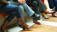 Manusia tanpa disadari melakukan kebiasaan untuk mencari kenyamanan saat duduk dengan menyilangkan kaki.