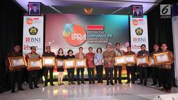 Presiden Komisaris Warta Ekonomi, Fadel Muhammad foto bersama dengan penerima penghargaan Indonesia Corporate PR Award 2018 di Jakarta, (24/08). Bank DKI mendapat penghargaan Top 8 Popular Company in Banking Sector. (Liputan6.com/HO/Budi)