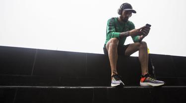 Pemain Timnas Indonesia, Stefano Lilipaly, menghubungi keluarga saat berada di Hotel Grand Zuri, Jawa Barat, Senin (5/11). Pemusatan ini dilakukan sebagai persiapan jelang Piala AFF 2018. (Bola.com/Vitalis Yogi Trisna)