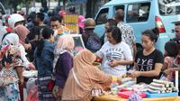 Warga memilih jajanan untuk berbuka puasa di sekitar Jalan Panjang Kelapa Dua, Jakarta, Selasa (7/5/2019). Beragam menu jajanan dijajakan pedagang musiman selama Ramadan. (Liputan6.com/Helmi Fithriansyah)