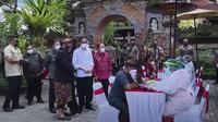 Jokowi meninjau pelaksanaan vaksinasi COVID-19 massal di Gianyar, Bali, Sellasa, 16 Maret 2021. (Foto: Tangkapan layar Youtube Setpres_RI)