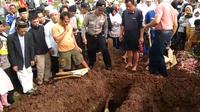 Aa Jimmy dimakamkan bersebelahan dengan liang lahat sang istri Hati Nur Illah (34), yang juga turut menjadi korban tsunami. (Liputan6.com/Achmad Sudarno)