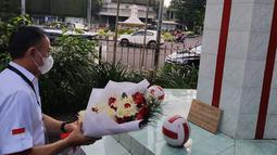 Ketua Umum PSSI, Mochamad Iriawan memberikan karangan bunga di Monumen Patung Soeratin yang berada di halaman Balai Persis, Solo, Senin (19/4/2021) dalam rangkaian peringatan HUT PSSI ke-91. (Bola.com/Vincentius Atmaja)