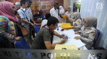 Keluarga korban jatuhnya pesawat Lion Air JT 610 mendatangi Posko Antemortem di RS Bhayangkara Said Sukanto (RS Polri) Kramat Jati, Jakarta Timur (29/10). Posko ini untuk mendukung pengenalan jenazah yang berhasil dievakuasi. (Merdeka.com/Arie Basuki)