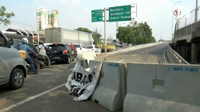 Pemprov DKI Jakarta akhirnya menutup flyover Cengkareng. Penutupan terkait retaknya beberapa bagian jembatan yang mengalami keretakan. penutupan membuat lalu lintas macet