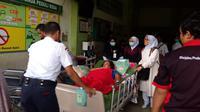 Petugas RSSA Malang mengevakuasi pasien agar tak terpapar asap gara - gara gardu listrik terbakar (Liputan6.com/Zainul Arifin)