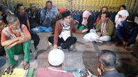 Wali Kota Malang, Sutiaji, duduk di tengah - tengah para gelandangan di kawasan Pasar Besar (Liputan6.com/Zainul Arifin)
