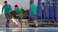 Kurnia Meiga, Ferdinand Sinaga dan Andritany bersama  pemain Timnas Indonesia melakukan Latihan ringan di Areal Hotel, (07/12/2016). (Bola.com/Peksi Cahyo)
