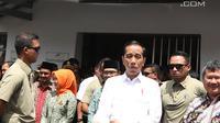 Presiden Joko Widodo meninggalkan Stasiun Cibatu seusai meninjau proyek reaktivasi jalur Cibatu-Garut, Jawa Barat, Jumat (18/1). Jokowi sempat melambaikan tangan kepada masyarakat sebelum memasuki mobil dinasnya. (Liputan6.com/Angga Yuniar)