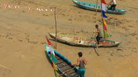 Festival sampan lepper melaju di atas sungai yang surut (Liputan6.com / M.Syukur)