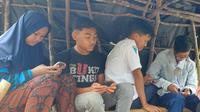 Pelajar di Palupuah Agam harus pergi ke daerah perbukitan untuk belajar online karena di kampunya tidak tersedia sinyal seluler. (Liputan6.com/ Novia Harlina)